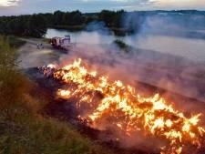 N260 tussen Tilburg en Dongen afgesloten door brand in berg gras