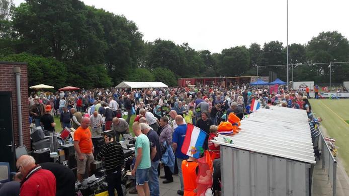 Beeld van de grote drukte op de jaarlijkse rommelmarkt en veiling bij korfbalvereniging Amicitia in Vriezenveen.