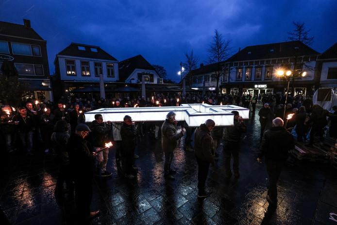 Een verlicht kruis wordt door het centrum van Lichtenvoorde gedragen tijdens een vorige editie van de Passion.