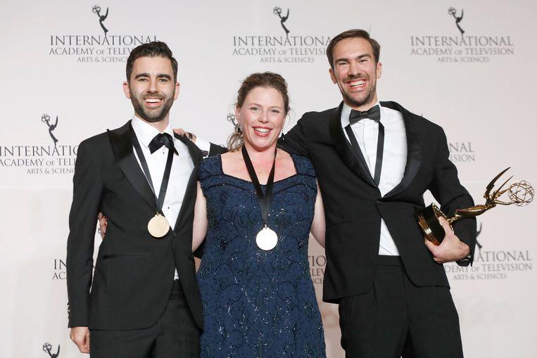 Rutger Lemm (links), Marloes Blokker en Stephane Kaas poseren met hun Emmy Award. Beeld REUTERS