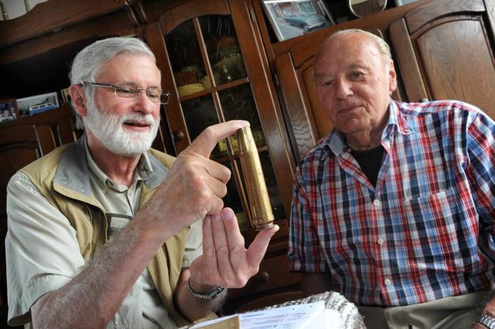 Marvin Nauman met een huls uit de Tweede Wereldoorlog. Naast hem Jan Heeren.