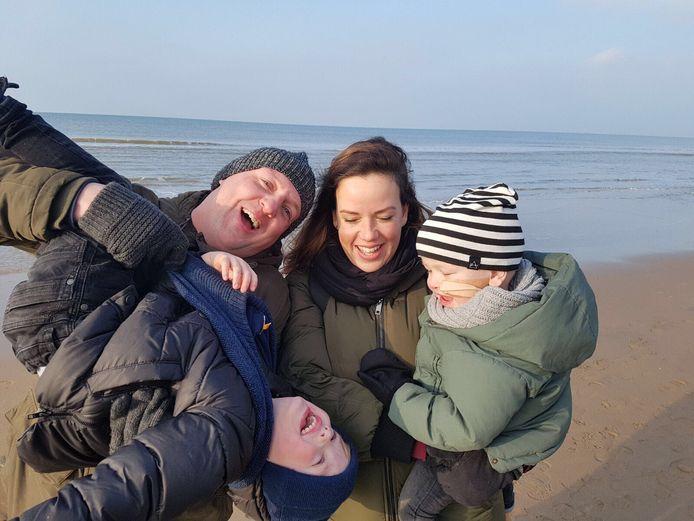Het gezin (Oliver rechts) uit Biddinghuizen aan het strand in Noordwijk.