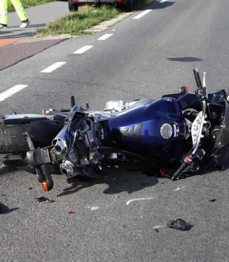 Motorrijder ernstig gewond na botsing met auto bij Wamel
