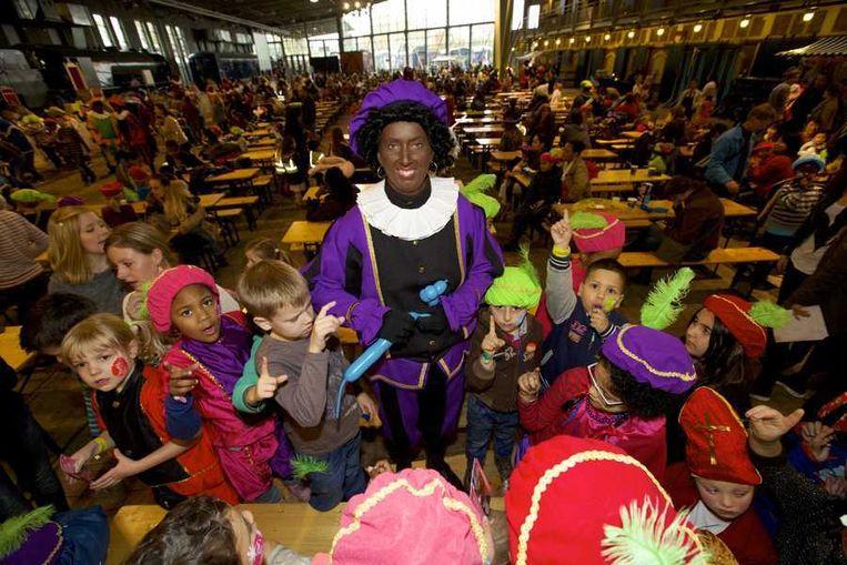 Een Zwarte Piet in het Spoorwegmuseum tijdens een sinterklaasfeest met kinderen uit opvangcentra. Beeld anp