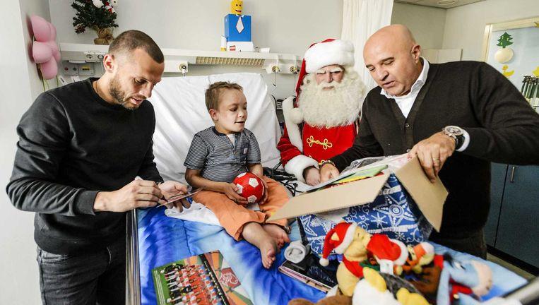 Als Sterrenfonds-ambassadeur deelt Heitinga samen met John van den Heuvel cadeaus uit aan zieke en verwaarloosde kinderen Beeld anp