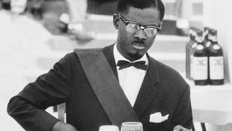 Patrice Lumumba, de eerste premier van Congo, tijdens het galadiner bij de machtsoverdracht. Eerder op de dag had hij de bezoekende Belgische koning Boudewijn woedend gemaakt met een felle anti-koloniale toespraak. Beeld uit de film. Beeld nb
