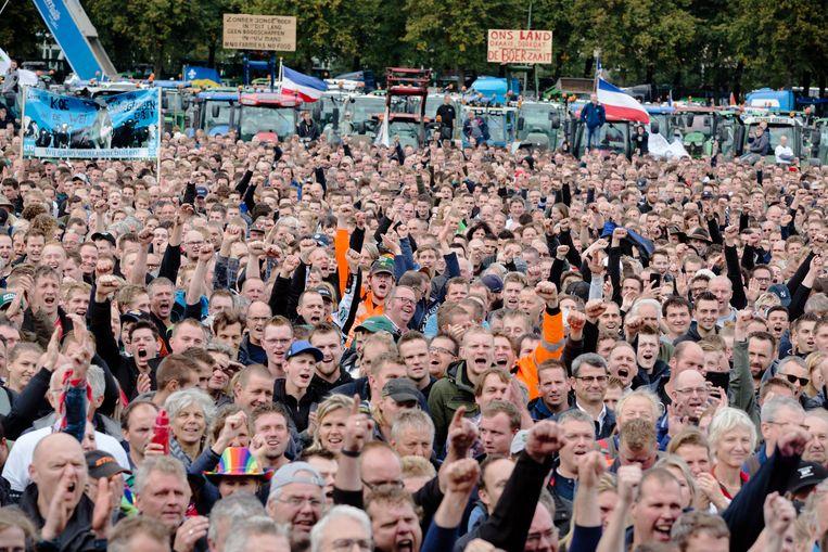 Duizenden boeren op het Malieveld schreeuwen naar het podium.  Beeld Inge van Mill