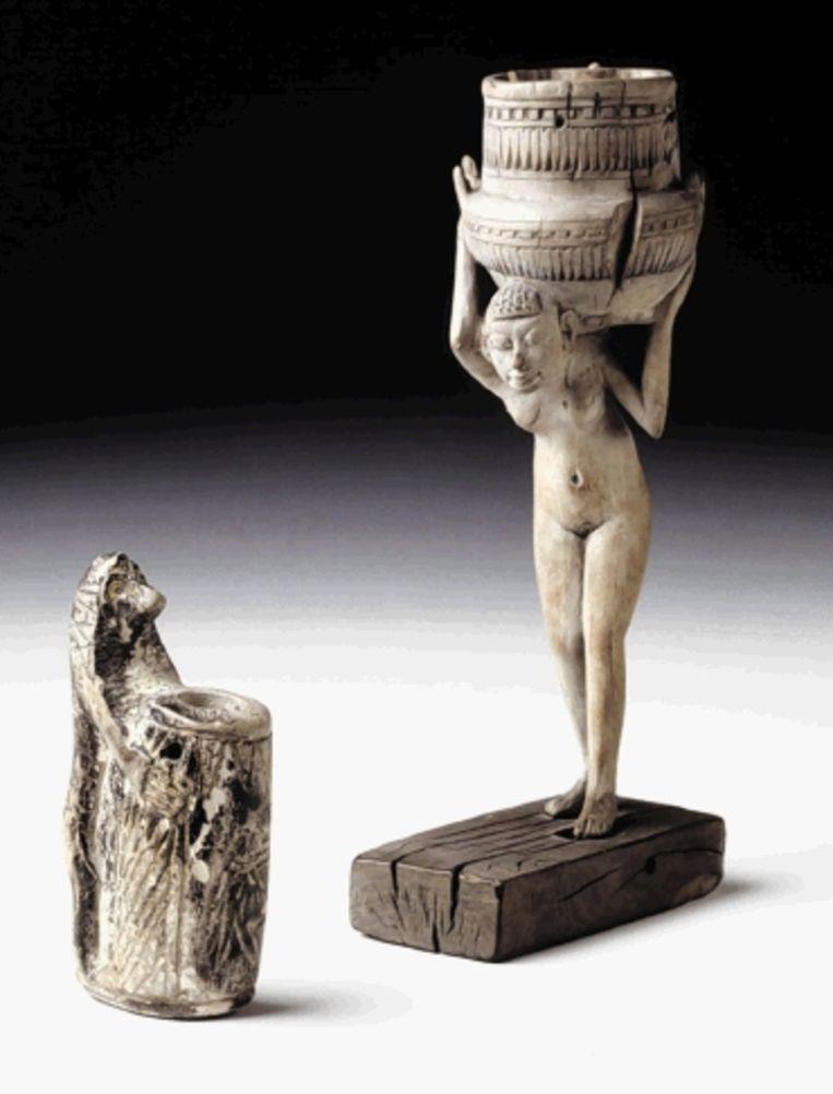 Linkerpagina: een olieflesje in de vorm van een egel, 6e eeuw v.Chr. Links op de pagina: een Egyptisch kohlbuisje en zalfflesje, ca. 1500-1300 v.Chr. (Trouw) Beeld