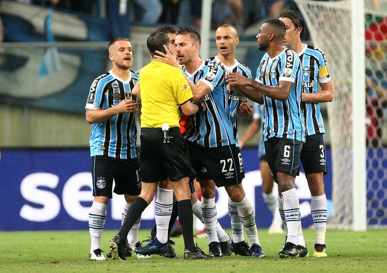 Spelers van Grêmio omsingelen ref Cunha...