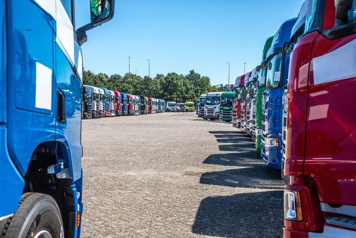 Nieuwe trucks op het parkeerterrein in Zwolle.
