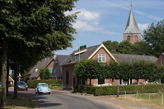 De entree van Steenderen vanaf de Doesburgse zijde: een brede asfaltweg en smalle stoep.