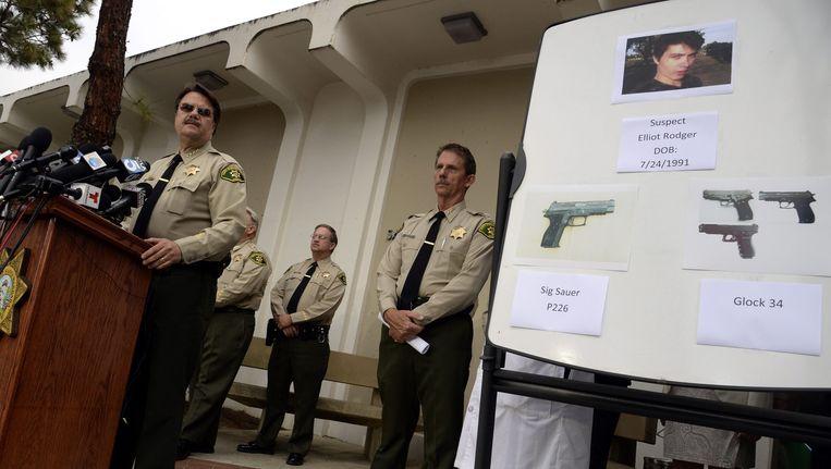 Bill Brown (links), sheriff van Santa Barbara County tijdens een persconferentie omtrent de 'massamoord'.