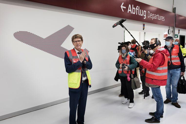 Lütke Daldrup, directeur van de luchthaven, begroet de pers tijdens een rondleiding. 'Niets wat mensen kunnen beïnvloeden staat een opening meer in de weg.' Beeld Daniel Rosenthal