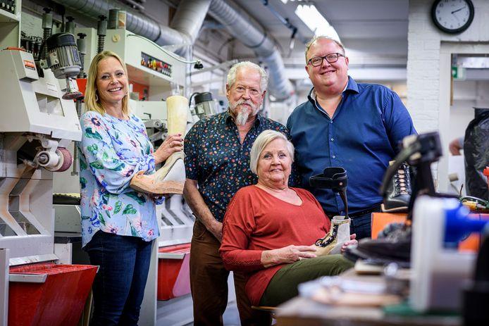 """De familie Wouda, met de ouders Fred en Tineke (midden) en hun kinderen Sjoerd en Natasja, in de werkplaats. """"We worden steeds ouder, daarom zien we ook veel versleten voeten"""", aldus Fred Wouda."""