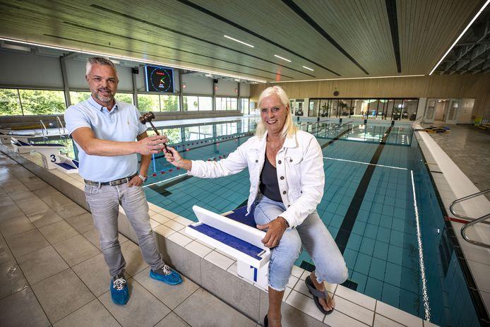 Twan Eshuis en Maria Gram, nieuwe en oude voorzitter zwemvereniging De Dinkel.