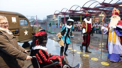 """Sinterklaas arriveert met ambulance in school De Wereldbrug: """"Zwarte Piet gestruikeld over jassen brooddozen"""""""