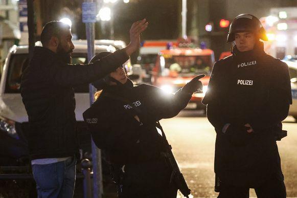 Politieagenten zetten de omgeving af in Hanau.