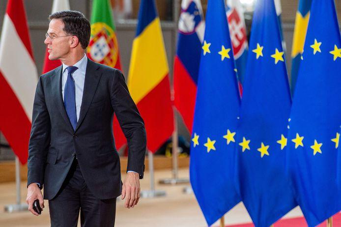Premier Mark Rutte voor aanvang van een Europese top in februari. Toen werden de EU-leiders het niet eens over wat landen moeten bijdragen aan de nieuwe EU-begroting. Inmiddels is de ruzie door de coronacrisis nog ingewikkelder geworden.