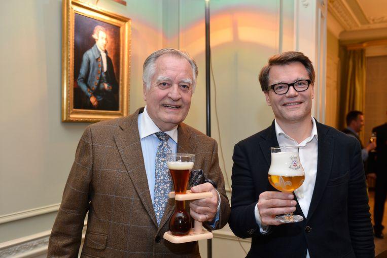 Ivo Bosteels en Antoine Bosteels met twee van hun populairste speciaalbieren: Kwak en Tripel Karmeliet.