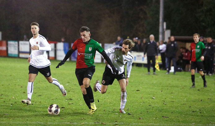 Beeld uit de derby eerder dit seizoen: Philippine-aanvaller Jos Westerhout gaat het zestienmetergebied van Terneuzen in.