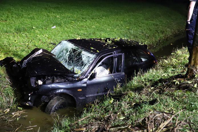 De auto liep grote schade op.