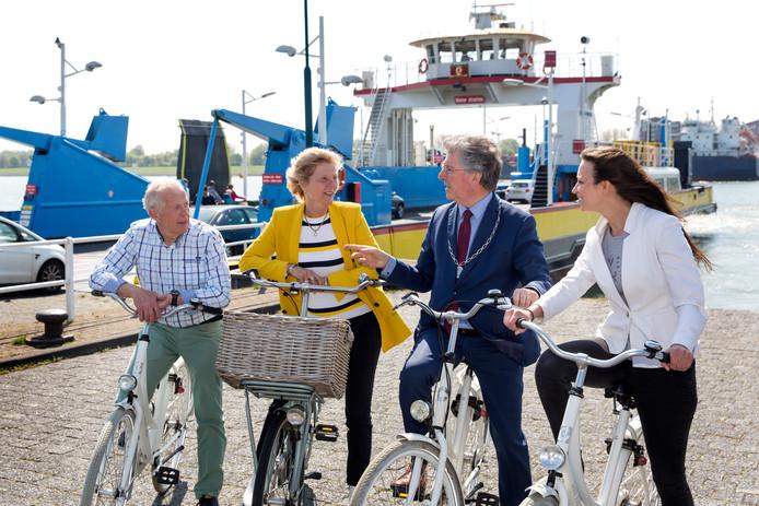 Een gezelschap van bestuurders fietst een stukje van de Waterroute.