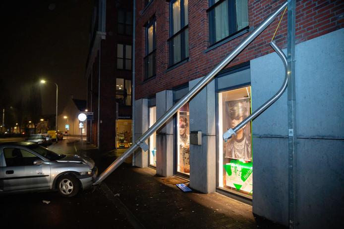 Auto botst tegen lantaarnpaal in Tilburg