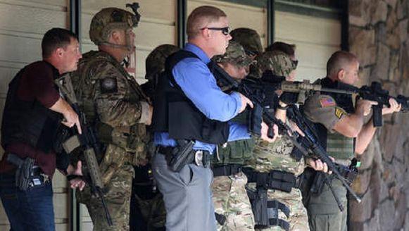 Politie en militairen doorzoeken de campus na de schietpartij