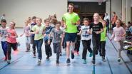 Topsporters lopen en fietsen met leerlingen