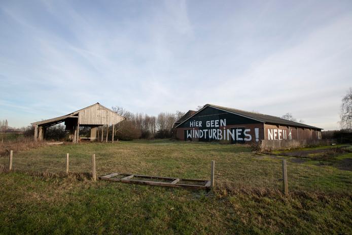 Inwoners van Eefde maken zich zorgen over de komst van nieuwe windmolens. De boodschap is duidelijk op de muur van de leegstaande boerderij langs N348. Deze boerderij is inmiddels door IJsselwind verworven om de komst van drie windmolens mogelijk te maken.