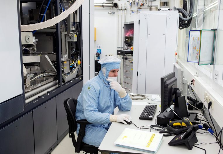 Een medewerker van ASML in de fabriek in Veldhoven, 2013.  Beeld Reuters