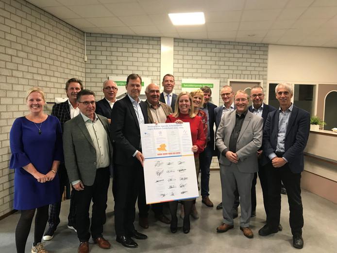 Werkgevers, werknemers, vakbonden, onderwijs, UWV en gemeenten in de regio Gelderland Midden tonen het gezamenlijk contract voor de aanpak van werkloosheid.