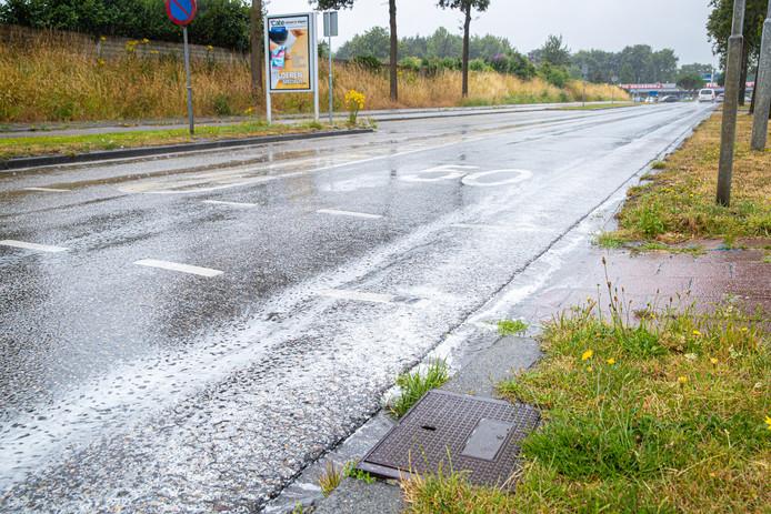 Het vuil wordt door de regenbui van de wegen gespoeld, zoals hier op de Rondweg in Wezep.