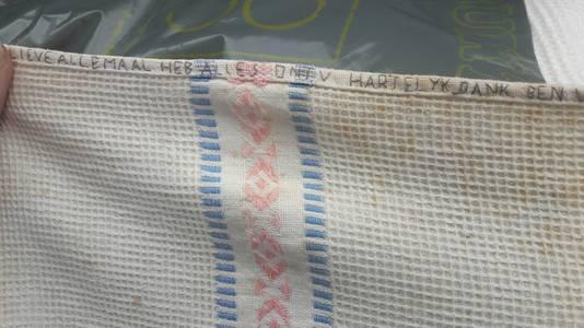 Een van de geredde handdoeken van de Gedenkplaats Haaren, met daarop boodschappen van gevangenen in de Tweede Wereldoorlog.