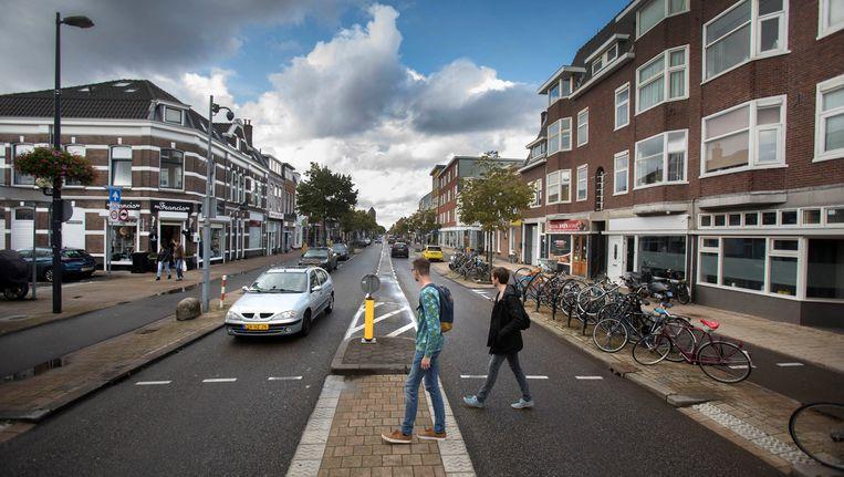 De Amsterdamsestraatweg in Utrecht wordt door automobilisten als uitvalsweg gebruikt. Dat maakt de straat met opmerkelijk veel schimmige kapperszaakjes minder aantrekkelijk. Beeld Werry Crone