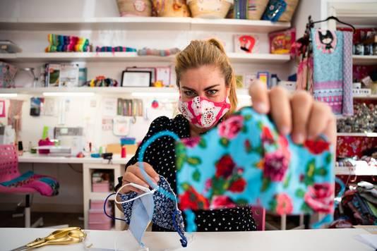 Manuelle Evers is erg druk met het maken van mondkapjes op bestelling in allerlei kleuren.