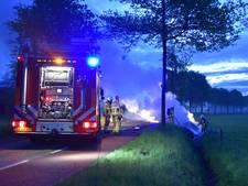 Auto belandt in sloot en brandt uit in Aalten