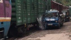 VIRAL3: bestuurder parkeert zijn bestelwagen iets te nipt