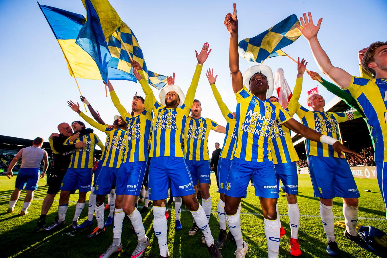 Vreugde bij de spelers van RKC na de 4-5 zege in Deventer en de promotie naar de Eredivisie.