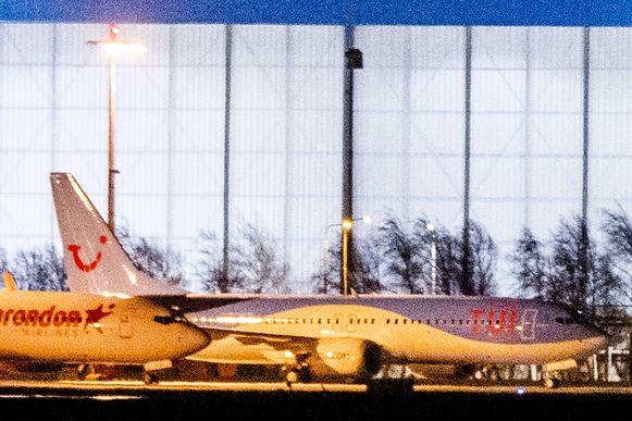 Een Boeing 737 MAX 8-vliegtuig van TUI op Schiphol, illustratiebeeld.