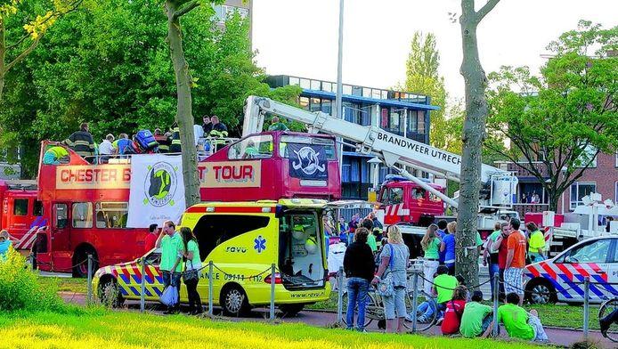 De dubbeldekker met studenten is zojuist het viaduct van de Rubenslaan in Utrecht-Oost gepasseerd. Ambulance en brandweer verlenen hulp. FOTO ROB VAN DER LINGEN
