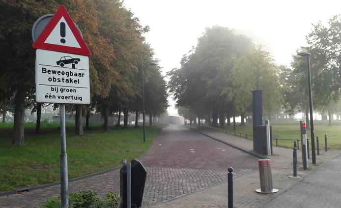 Aan de zijde van de boulevard Buiten de Waterpoort in Gorinchem staat duidelijk zichtbaar een waarschuwingsbord.