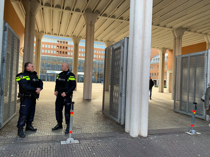 Politiebewaking bij de rechtbank in Den Bosch.