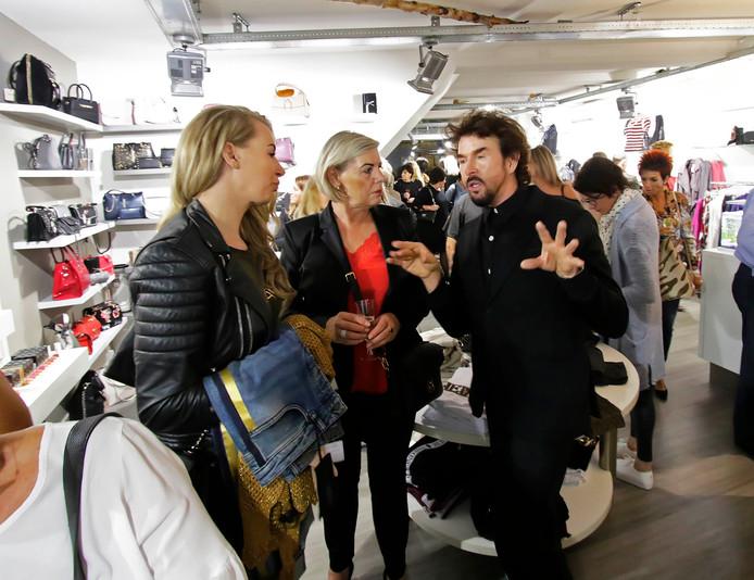 Modeshow Pretty 4 U bij modezaak van Jolanda Gordeijns , de aangekondigde stylist Fred van Leer was door ziekte.
