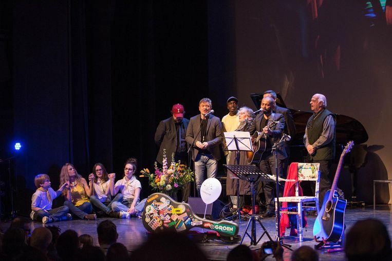 Ronny Mosuse en Bart Peeters brachten 'Let it be' van The Beatles als laatste hommage aan Lies. Ze nodigden vrienden en familie uit op het podium om mee te zingen.