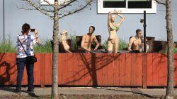 Man zet poedelnaakte paspoppen in tuin na klacht van buur