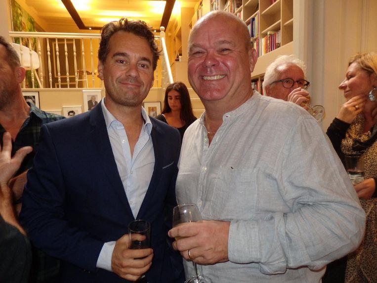 Presentator Rik van de Westelaken en programmamaker Paul de Leeuw, allebei vaderskindjes. Je kunt ook nergens meer van op aan Beeld Schuim
