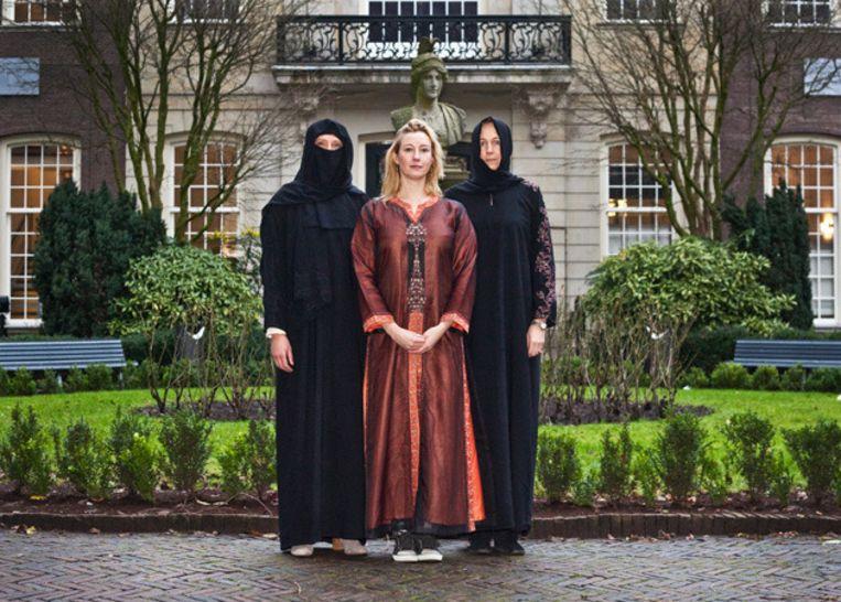 Antoinette Vlieger (m) vandaag voor haar promotie aan de UvA, in traditionele Arabische kledij. Foto © Dingena Mol Beeld