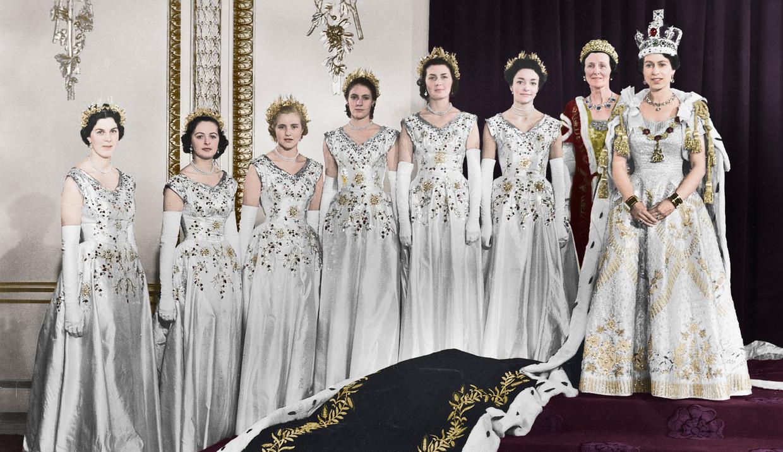 Anne Glenconner (tweede van links) bij de kroning van Elizabeth II (uiterst rechts) op 2 juni 1953. Beeld Getty Images