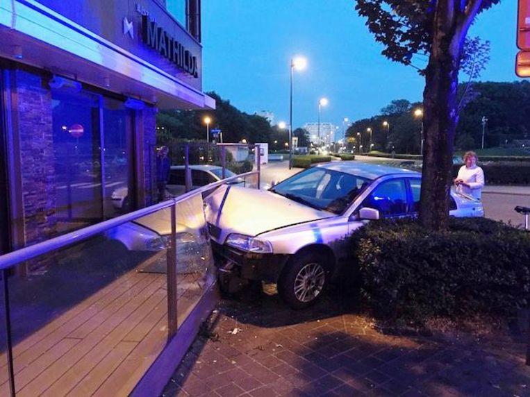 De auto belandde in de glazen afsluiting.